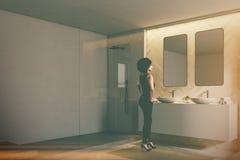 Esquina gris y de madera del cuarto de baño, mujer Foto de archivo libre de regalías