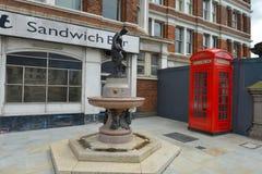 Esquina histórica inglesa con la cabina de teléfonos Imágenes de archivo libres de regalías