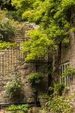 Esquina interesante en el pequeño pueblo de Pott Shrigley, Cheshire, Inglaterra Foto de archivo libre de regalías