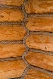 Esquina interior en una casa de madera vieja foto de archivo