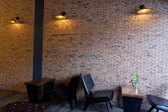 Esquina preciosa y pared de ladrillo hermosa en cafetería Imágenes de archivo libres de regalías