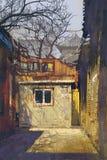Esquina sucia del callejón viejo con los edificios abandonados libre illustration