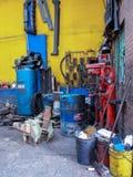 Esquina sucia y sucia dentro de un taller de la reparación auto imagen de archivo libre de regalías