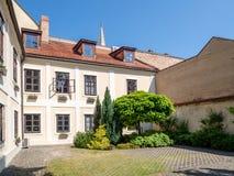 Esquinas y patios en la ciudad vieja Bratislava Imágenes de archivo libres de regalías