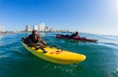 Esquis de água surfando Durban das salvas-vidas Fotos de Stock