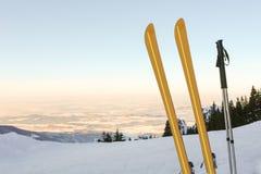 Esquis e panorama III da montanha Fotos de Stock Royalty Free