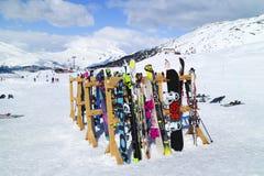 Esquis e snowboards em inclinações alpinas Imagens de Stock