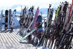 Esquis e snowboards no recurso do inverno Imagem de Stock