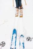 Esquis largos e funcionamento de esqui na neve Fotografia de Stock Royalty Free