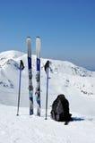 Esquis, polos de esqui e trouxa em montanhas de Tatra fotos de stock