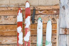 Esquis velhos na parede de madeira Fotos de Stock Royalty Free