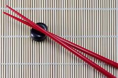 Ess-Stäbchen auf Bambus. Stockfotos