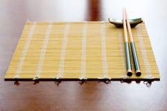 Ess-Stäbchen auf Tabellenmatte Lizenzfreie Stockbilder