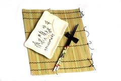 Ess-Stäbchen-, Gerät- und Bambusmatte stockfoto