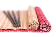 Ess-Stäbchen- und Bambusmatten für asiatische Nahrung Stockfoto