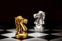 Essai d'échecs de chevalier d'or pour éliminer les échecs argentés de chevalier, affaires Photos stock