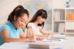 Essai d'écriture dans la salle de classe photo libre de droits