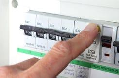 Essai d'un RCD et d'un x28 ; Device& actuel résiduel x29 ; sur une boîte électrique domestique BRITANNIQUE d'unité ou de fusible  image stock