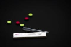 Essai de cassette de Methamphetamine avec le compte-gouttes en plastique et le vert, drogues roses Photographie stock libre de droits