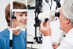 Essai de champ visuel pour le glaucome Photographie stock libre de droits