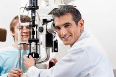 Essai de Doing Visual Field d'optométriste sur son patient Images libres de droits