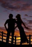 Essai de femme de silhouette pour embrasser l'homme Photo stock