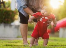 Essai de grand-mère à traning un bébé Image stock