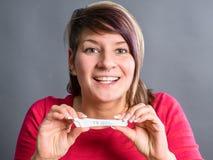 Essai de grossesse - femme étonné heureux photos stock
