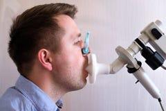 Essai de jeune homme respirant la fonction par la spirométrie image libre de droits