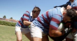 Essai de joueur de rugby pour défendre la boule de l'équipe opposée 4K 4k clips vidéos