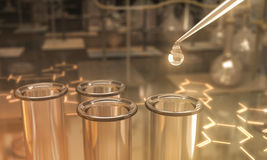 Essai de la Science dans un laboratoire Photos libres de droits