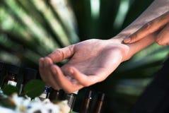 Essai de parfum, essai d'huile essentielle Photographie stock libre de droits