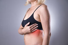 Essai de sein, femme examinant ses seins pour le cancer, crise cardiaque image libre de droits