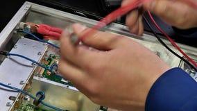 Essai des composants électroniques avec un multimètre banque de vidéos