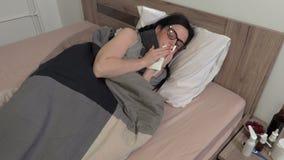 Essai en difficulté de femme pour arrêter l'écoulement nasal clips vidéos