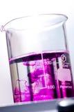 Essai en verre médical de pipette de becher photographie stock