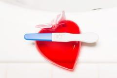 Essai et coeur de grossesse positifs Images libres de droits