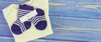 Essai et habillement de grossesse pour la famille nouveau-née et se prolongeante et prévoir pour le concept de bébé, endroit pour photographie stock libre de droits