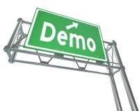Essai gratuit de démonstration de produit de Demo Word Green Freeway Sign Images stock