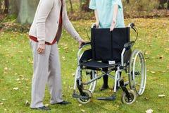 Essai handicapé de se reposer sur le fauteuil roulant Photographie stock