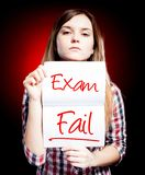 Essai ou examen échoué et fille déçue illustration stock