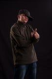 Essai sérieux d'adolescent pour être position fraîche avec le chapeau mis sur un Photographie stock libre de droits