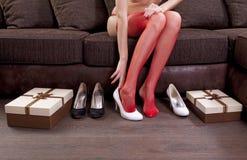 Essai sur les chaussures blanches images libres de droits