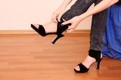 Essai sur les chaussures neuves Photos libres de droits