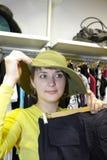 Essai sur un chapeau Image libre de droits