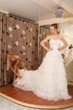 Essai sur une robe de mariage Image stock