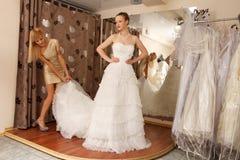 Essai sur une robe de mariage Images libres de droits
