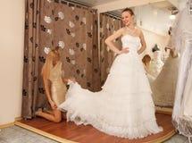 Essai sur une robe de mariage Images stock