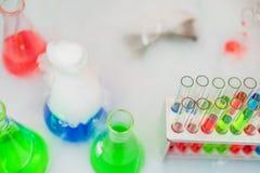 Essai-tubes et cornues de laboratoire photographie stock