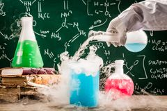 Essais chimiques dynamiques dans le laboratoire de vieille école images stock